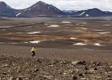 Hiker девушки в горах бежать вокруг Стоковое Изображение