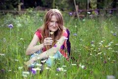 Hiker девушки на горах с стоцветом Стоковое Фото