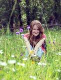 Hiker девушки на горах с стоцветом Стоковые Изображения