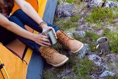 Hiker девушки на горах Стоковые Изображения