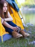 Hiker девушки на горах Стоковые Фото