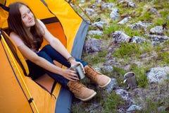 Hiker девушки на горах Стоковое фото RF