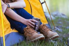 Hiker девушки на горах Стоковое Изображение RF