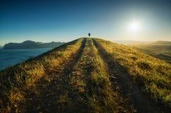 Hiker девушки против захода солнца Стоковое Изображение