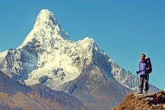 Hiker достигает саммит горного пика Успех, свобода и Стоковая Фотография RF