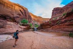 Hiker девушки идя к оврагу Escalante койота водопада Стоковые Изображения