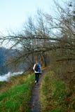 Hiker девушки идя на природу осени Стоковые Изображения RF