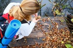 Hiker девушки на деревянной платформе в реке осени Стоковая Фотография