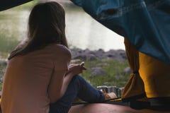 Hiker девушки на Норвегии Стоковое фото RF