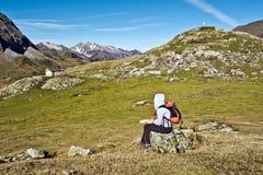 Hiker девушки сидя и наблюдая панорама цирка Troumous Стоковая Фотография RF