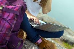 Hiker девушки с компьтер-книжкой Стоковая Фотография RF