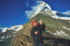 Hiker делая selfie вверху пропуск на предпосылке держателя Маттерхорна Стоковые Фото