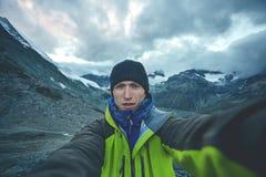 Hiker делая selfie вверху пропуск на предпосылке держателя Маттерхорна Стоковое Изображение