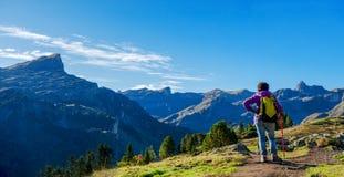 Hiker женщины идя в горы Пиренеи около Pic Ossau стоковое фото rf