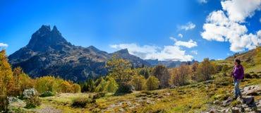 Hiker женщины идя в горы Пиренеи около Pic Ossau стоковые изображения rf