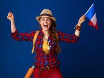 Hiker женщины изолированный на голубом флаге показа ликования Франции Стоковое Фото