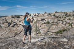 Hiker женщины используя телефон для того чтобы сфотографировать изрезанный взгляд стоковое фото rf