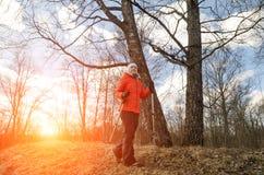Hiker женщины идет на заход солнца Стоковые Фотографии RF