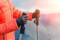 Hiker женщины идет на заход солнца Стоковая Фотография