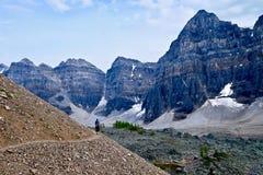 Hiker женщины идя в скалистые горы Стоковая Фотография