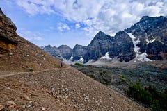 Hiker женщины идя в скалистые горы Стоковые Изображения RF