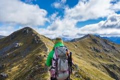 Hiker женщины идя на высокогорный раздел следа Kepler Стоковые Фотографии RF