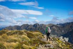 Hiker женщины идя на высокогорный раздел следа Kepler Стоковая Фотография