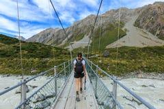 Hiker женщины идя на мост Стоковое Фото