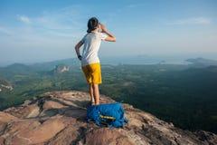 Hiker женщины крича на скале горного пика Стоковые Изображения