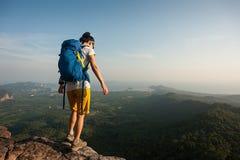 Hiker женщины наслаждается взглядом на горном пике Стоковое Фото