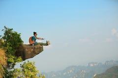 Hiker женщины наслаждается взглядом на скале горного пика Стоковые Фото
