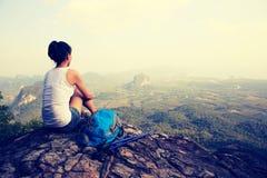 Hiker женщины наслаждается взглядом на скале горного пика Стоковые Изображения RF