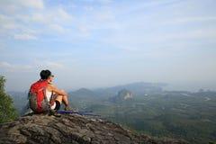 Hiker женщины наслаждается взглядом на скале горного пика Стоковые Фотографии RF