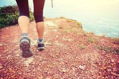 Hiker женщины на горе взморья Стоковое фото RF