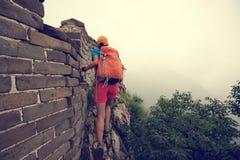 Hiker женщины на горе Стоковое фото RF