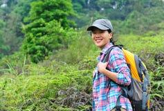 Hiker женщины на горе Стоковое Изображение RF