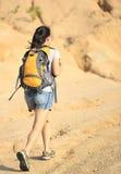 Hiker женщины на горе Стоковое Фото