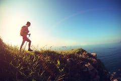 Hiker женщины на горной тропе взморья Стоковые Изображения RF