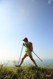 Hiker женщины на горной тропе взморья Стоковые Фото
