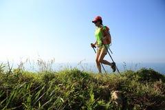 Hiker женщины на горной тропе взморья Стоковая Фотография RF