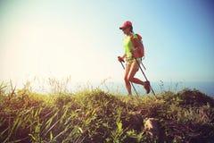 Hiker женщины на горной тропе взморья Стоковые Фотографии RF
