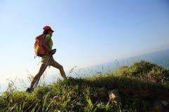 Hiker женщины на горной тропе взморья Стоковая Фотография