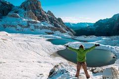 Hiker женщины на горной тропе Стоковые Изображения RF