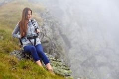 Hiker женщины на горной тропе Стоковое Изображение