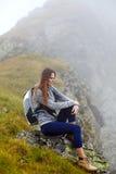 Hiker женщины на горной тропе Стоковое Изображение RF