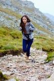 Hiker женщины на горной тропе Стоковые Фото