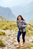 Hiker женщины на горной тропе Стоковая Фотография RF
