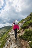 Hiker женщины на горной тропе Стоковые Изображения