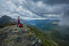 Hiker женщины на горной тропе Стоковое фото RF