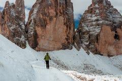 Hiker женщины на горной тропе Стоковое Фото